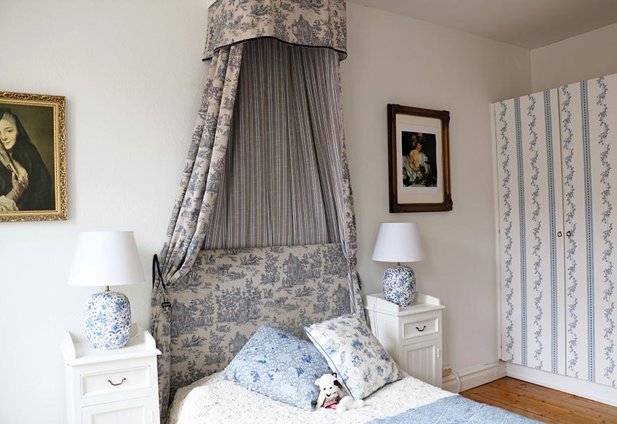 Sofias sovrum går i ljust blått och vitt.