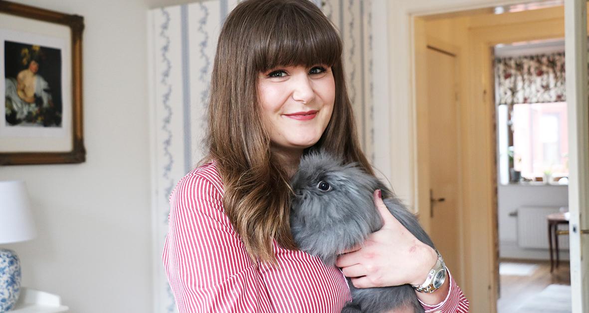 Sofia Blohm bor med sin kanin Ivar i en av Heimstadens lägenheter i Malmö. Följ med hem till henne, och många fler, som bor i Heimstadens lägenheter. Häng med!