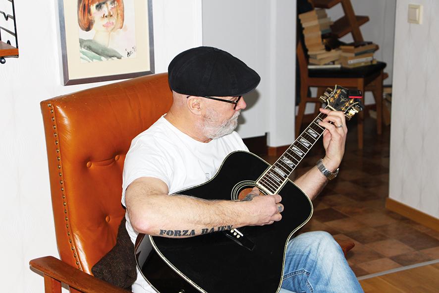 Thomas Eriksson trivs med gitarren i sitt knä.