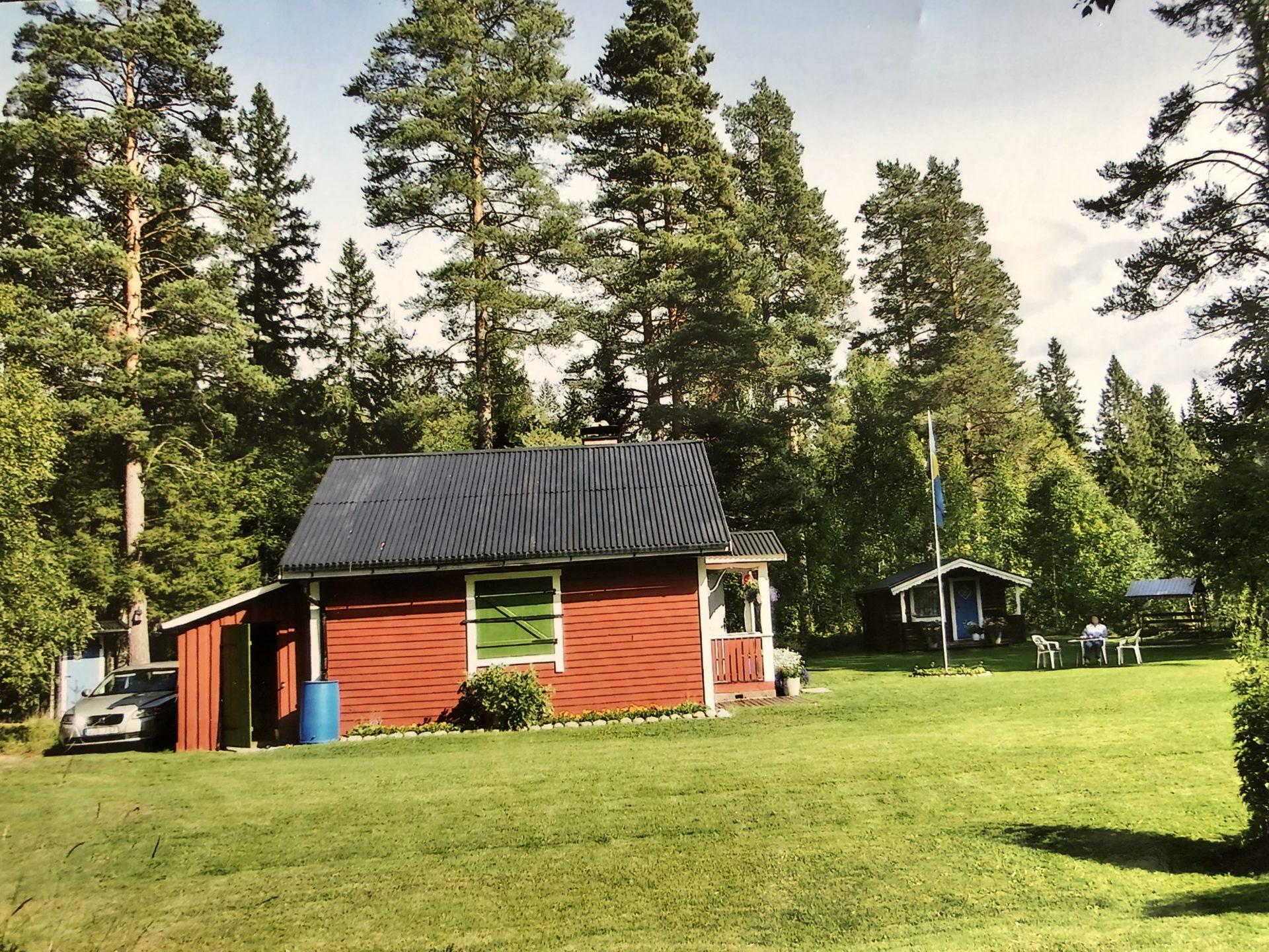Elsa Edlund delar med sig av foton från den idylliska stugan ur sitt fotoalbum och det är som synes en rejäl tomt som håller Elsa sysselsatt.