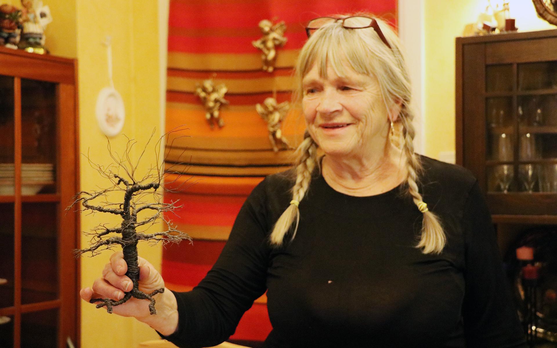 Rose-Marie Lindberg Wikström har bott i lägenheten i 38 år.    Här ägnar hon sig åt att bland annat skapa luffarslöjdsföremål.