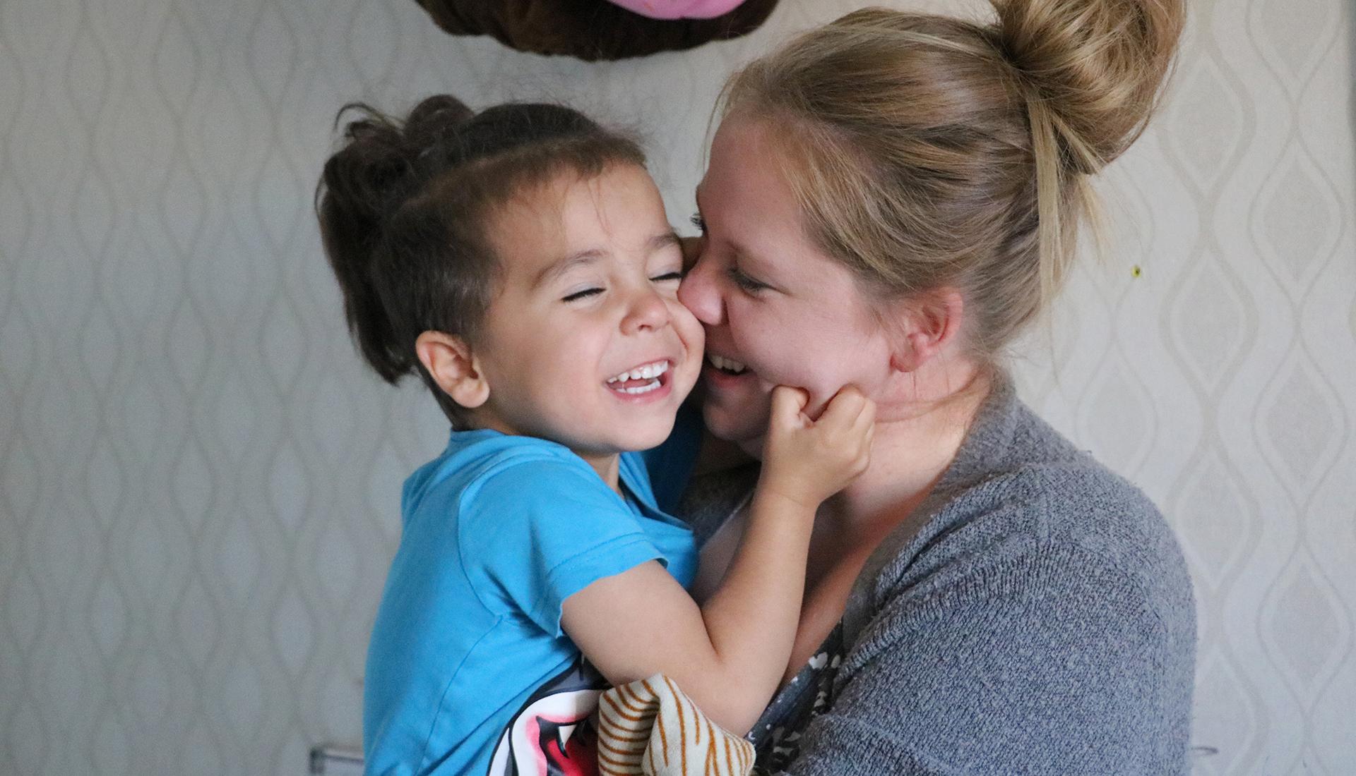 Jordan gosar gärna en stund med mamma Emelie innan det är dags att busa igen.
