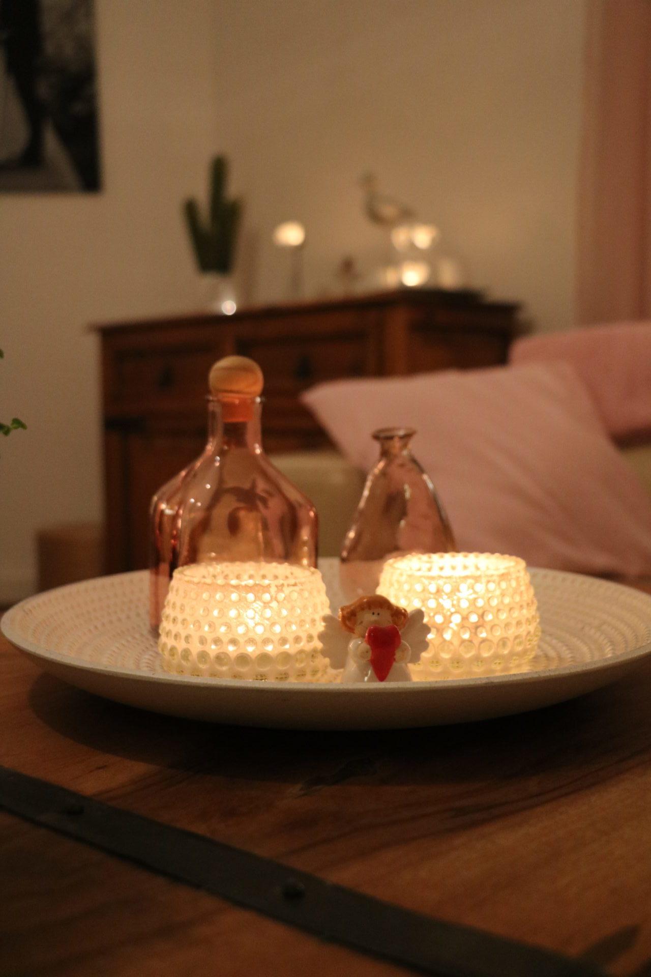 Det nyskapade stora sovrummet matchar resten av Ulrika Mattissons vackra lägenhet och ligger just intill vardagsrummet. Levande ljus och gröna växter bidrar till den harmoniska stämningen.