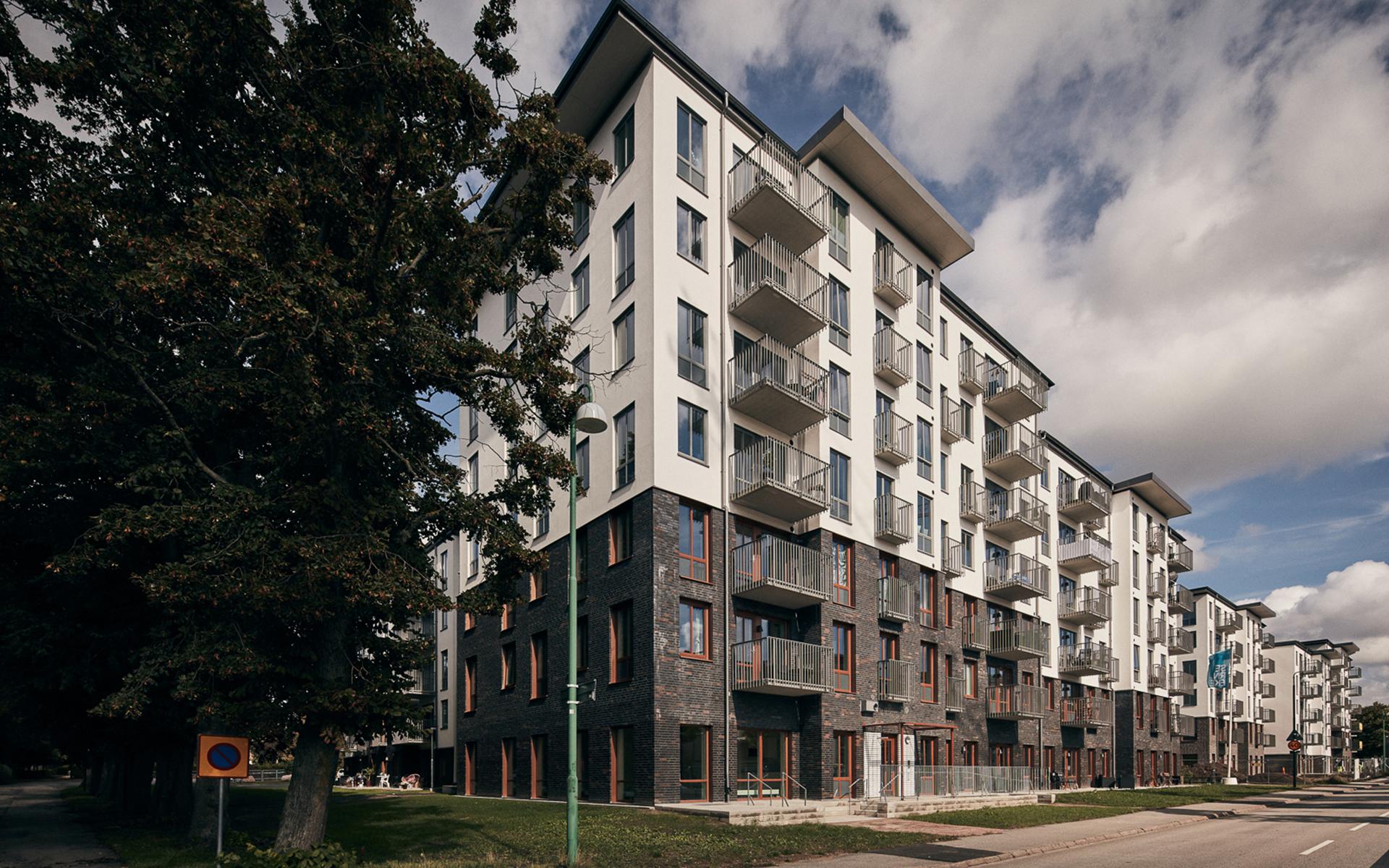 Flera av nybyggda Fasanens lägenheter har egna uteplatser.   Rebeca Tasevska trivs i sin lägenhet och gillar Arlövs läge mellan Malmö och Lund.