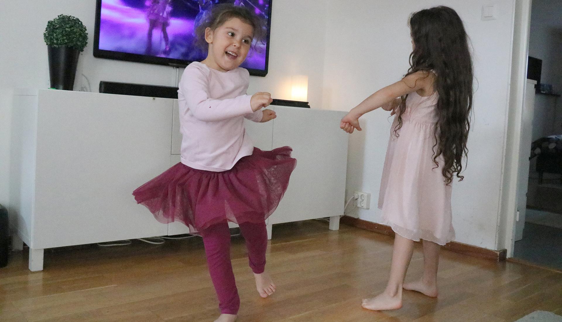 Aliya och Zoe dansar till Dolly Style.