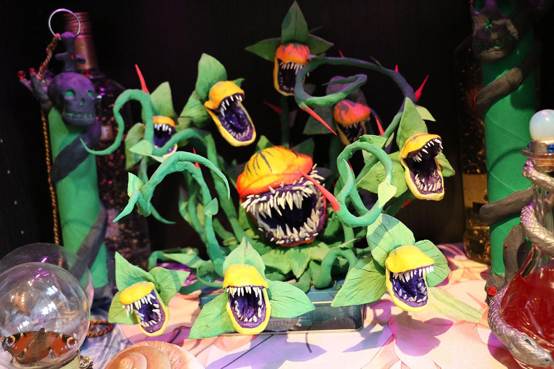 I skåpen finns några av Martins alla konstverk. Hans tolkning av Audrey II i Little Shop of Horrors är en favorit.