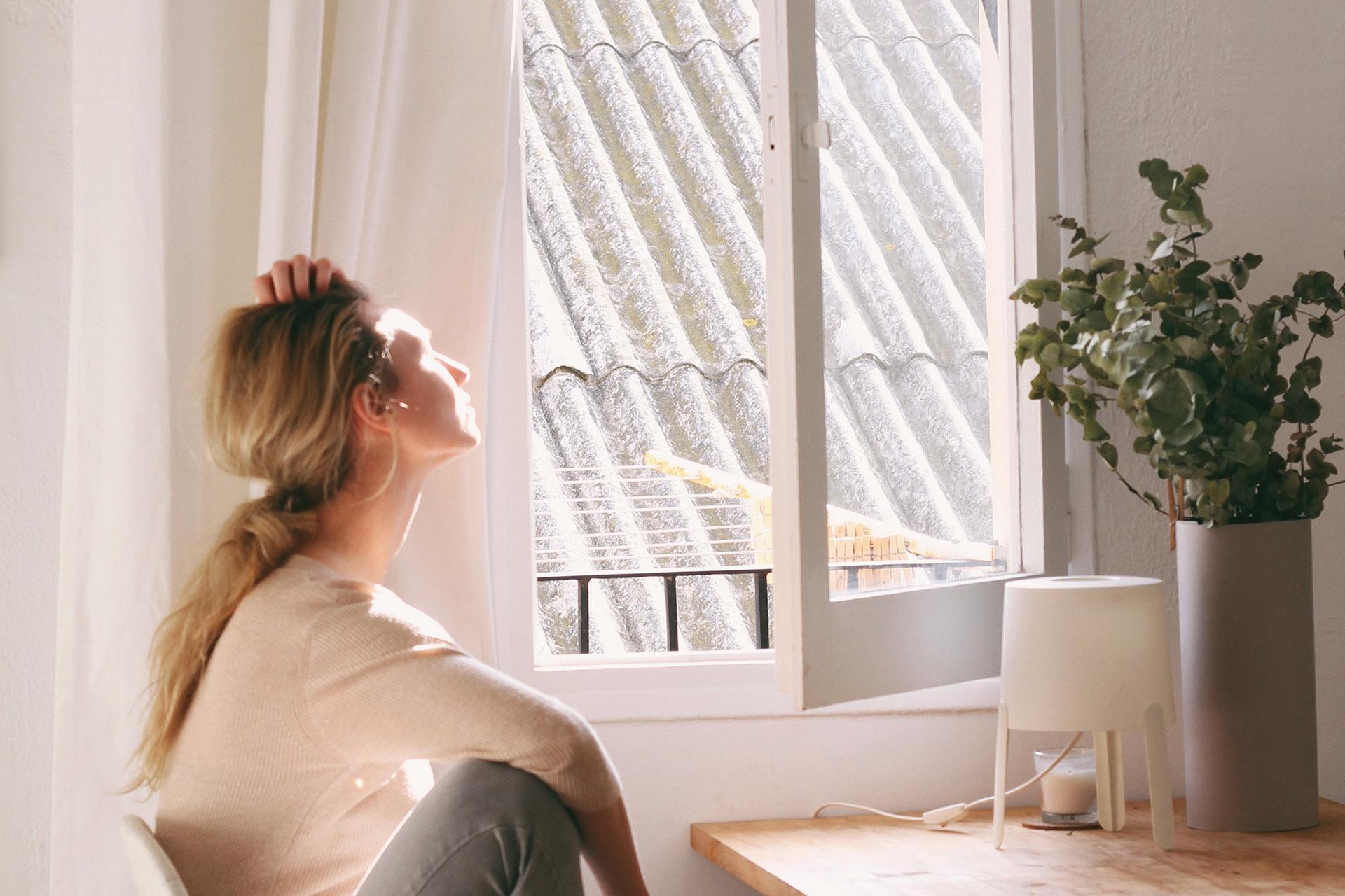 Håll fönster och dörrar stängda under de varmaste timmarna, annars släpper du in den varma luften i lägenheten.