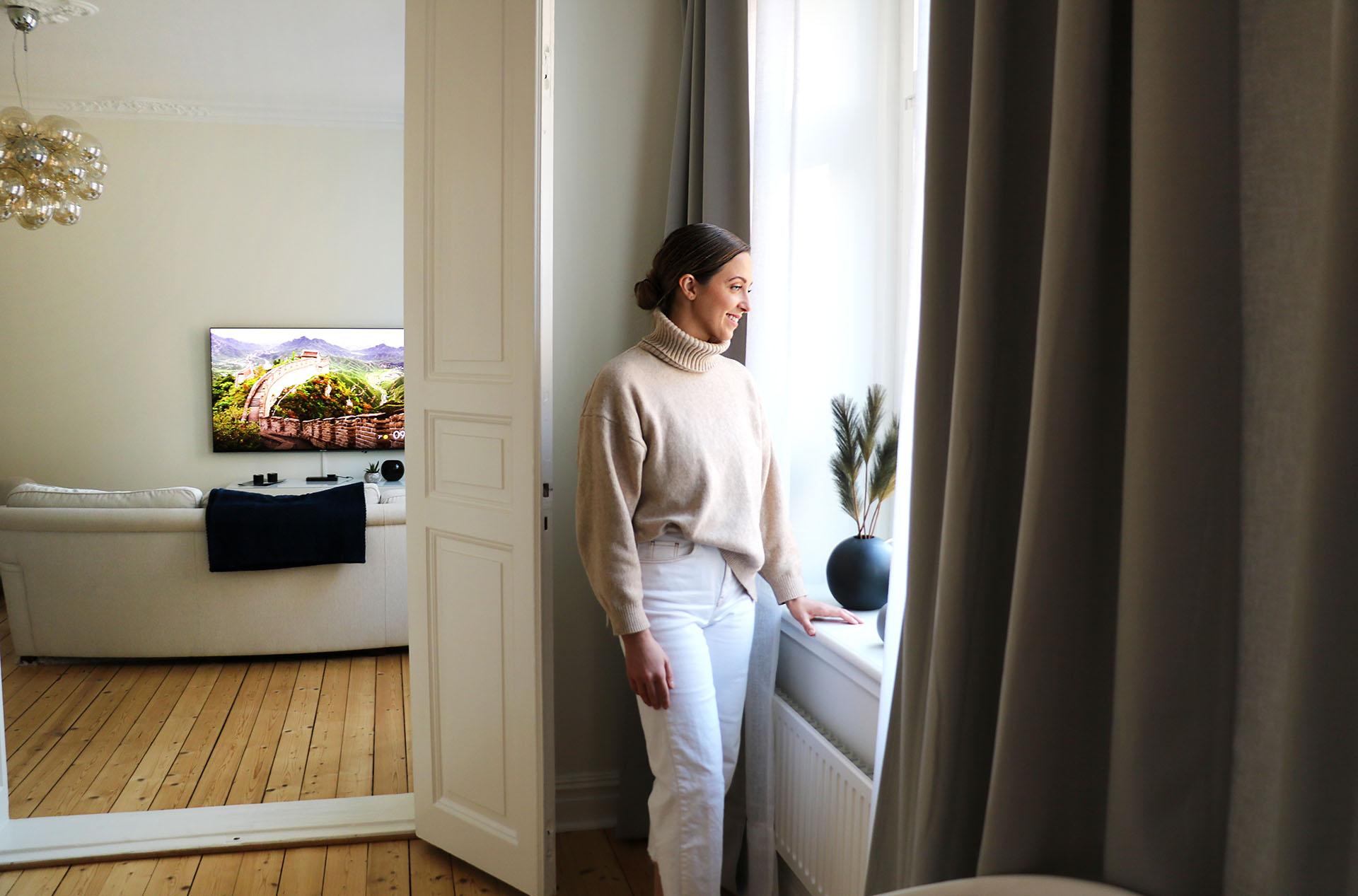 Den som hälsar på hemma hos Peter och Louise möts av en god takhöjd, gedigna trägolv och stora fönster.