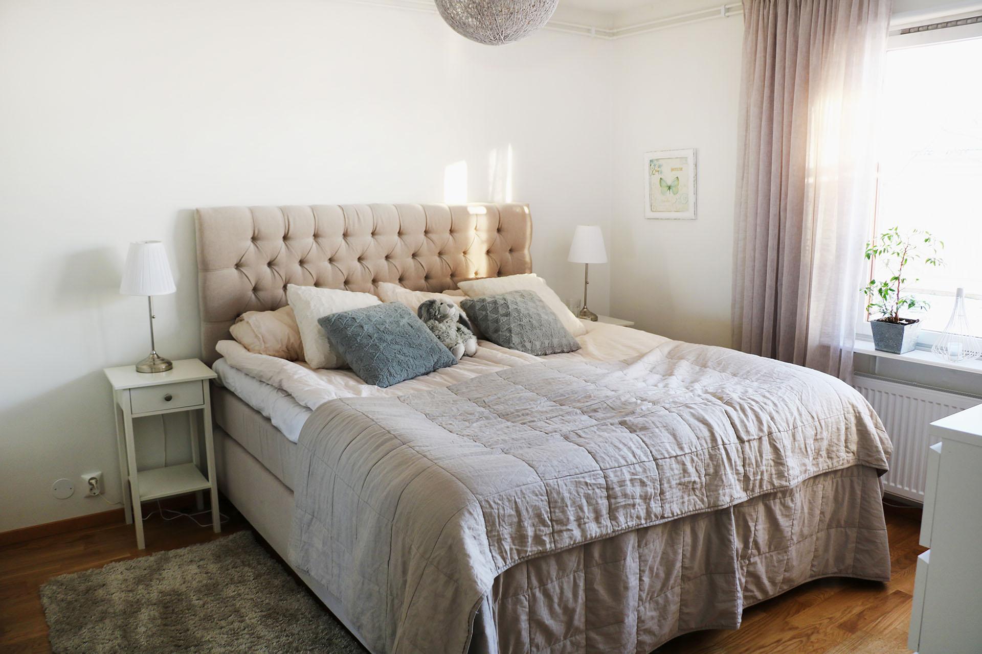 Ett harmoniskt och sobert sovrum
