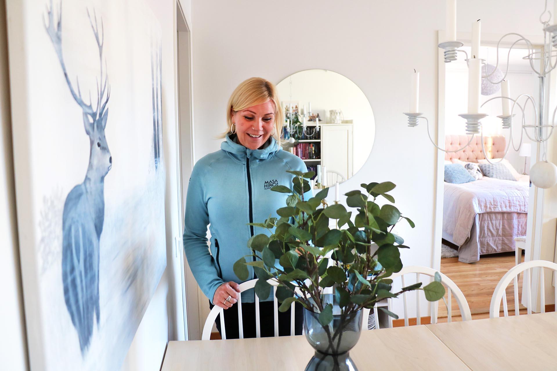 I lägenheten på Frögatan hänger flera imponerande akrylmålningar som Anna själv har skapat.
