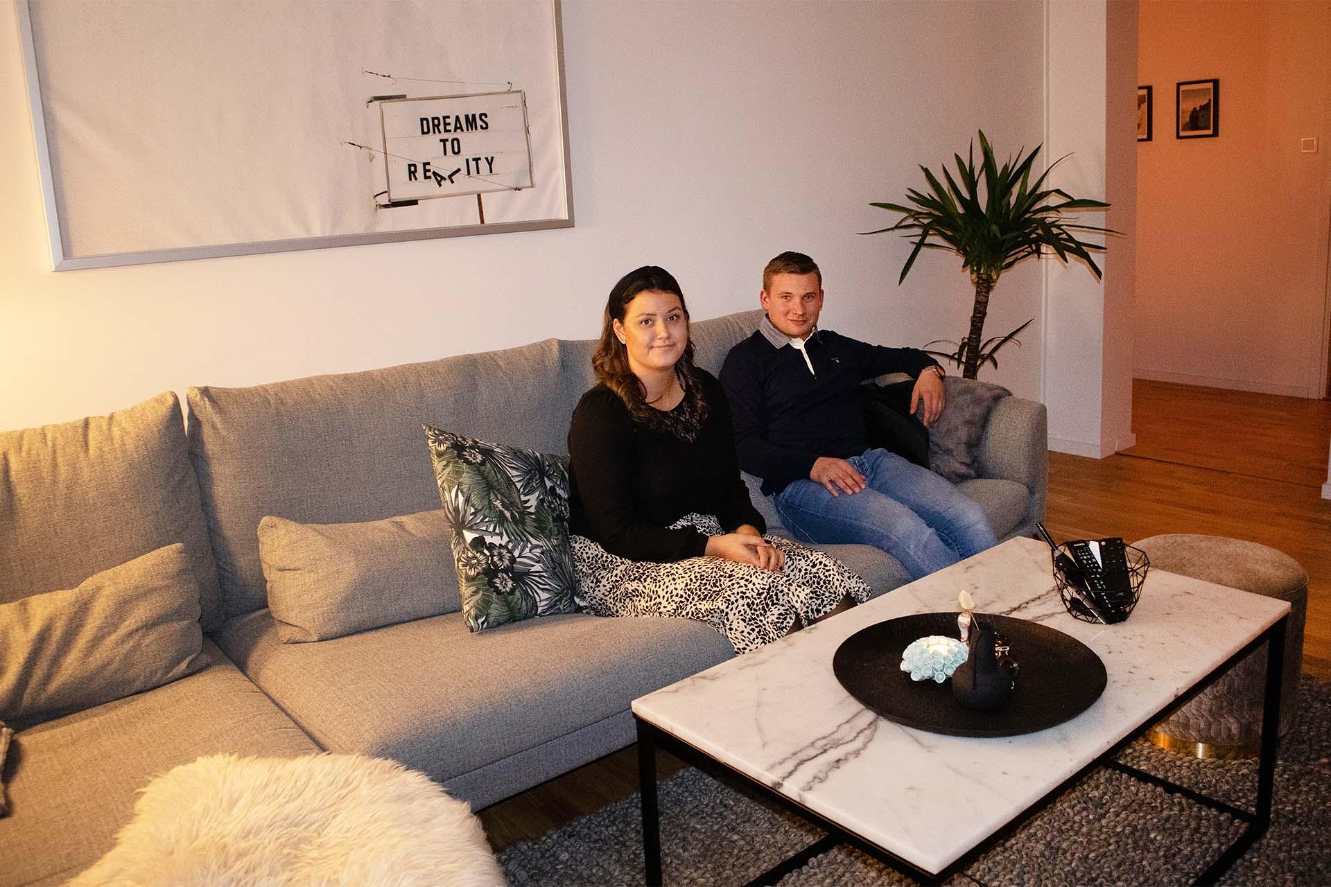 Tilda och Filip i deras härliga vardagsrum.