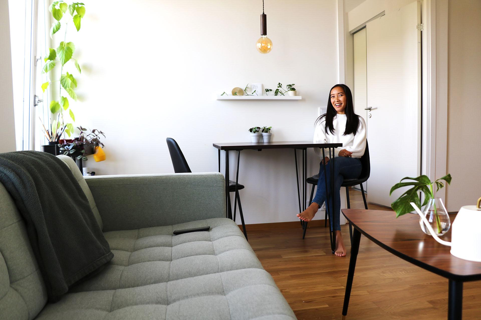 När det kommer till inredning beskriver Olivia sin stil som minimalistisk med levande inslag. Trä och växter samspelar med vitt, grått och beige. Möblemanget är en blandning av gammalt och nytt.