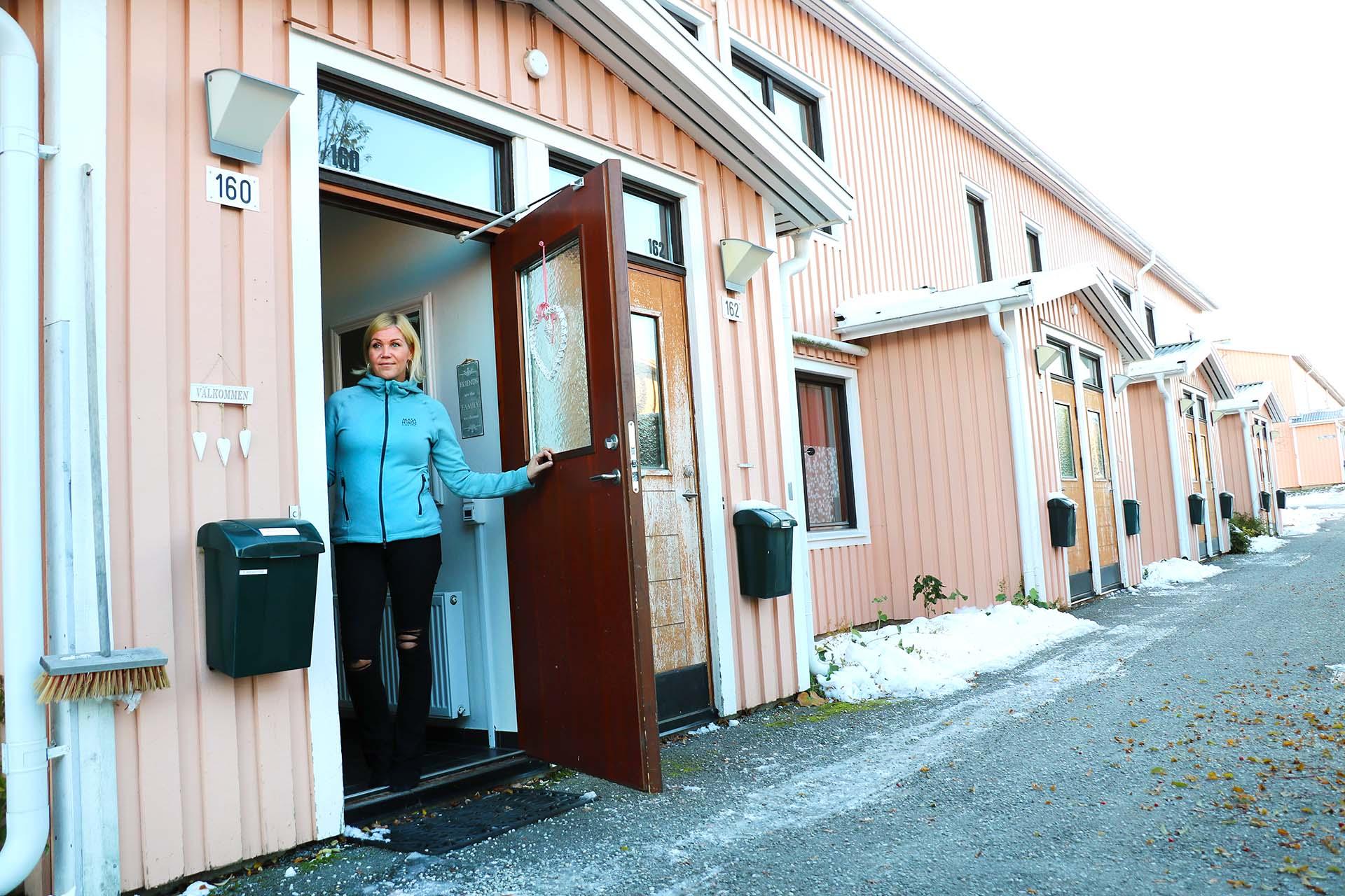 Anna Åkesdotter gillar att lägenheten på Frögatan påminner om ett radhus, med egen liten tomt samtidigt som den kräver mycket mindre tid i underhåll. Nu kan Anna istället lägga mer tid på sitt målarintresse. På översta bilden syns ett av hennes verk.