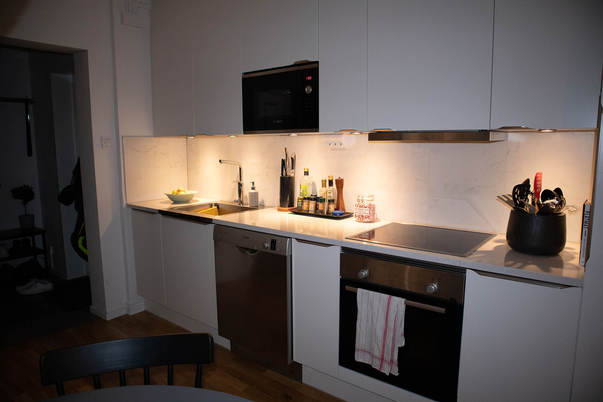 Vy från det nyrenoverade köket hemma hos Filip och Tilda.