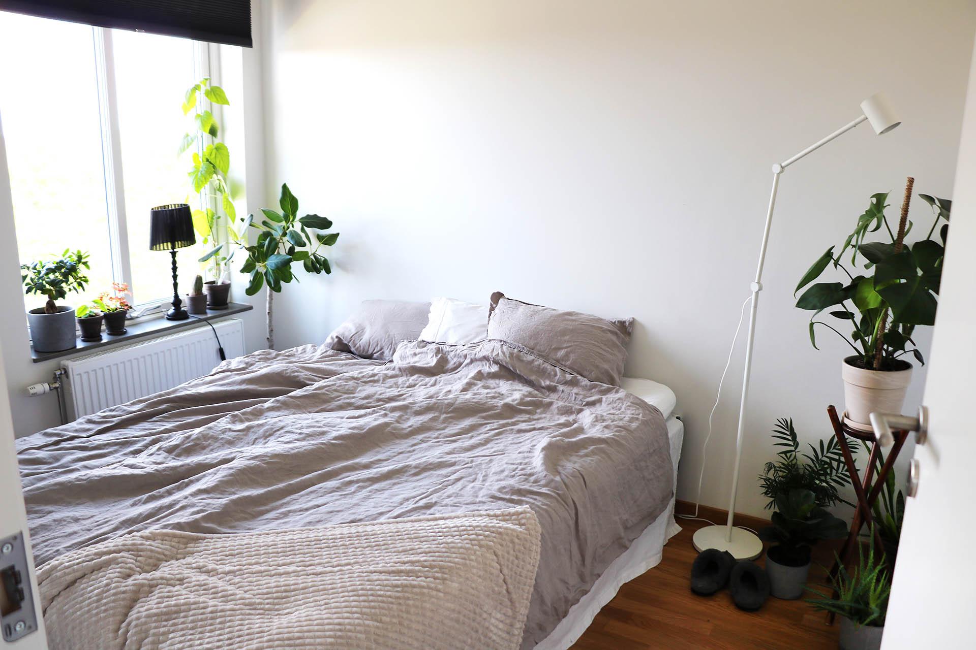 Sovrummet i favoritkulörerna vitt, grått och beige.