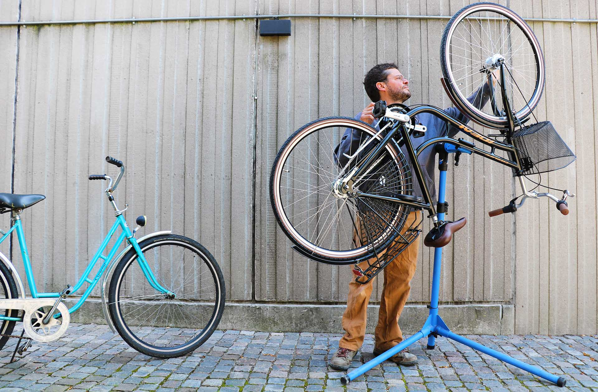 """Att det var med cyklar som Johan Björkman skulle komma att jobba och lägga större delen av sin tid på var allt annat än självklart. Men nu """"rullar det på""""."""