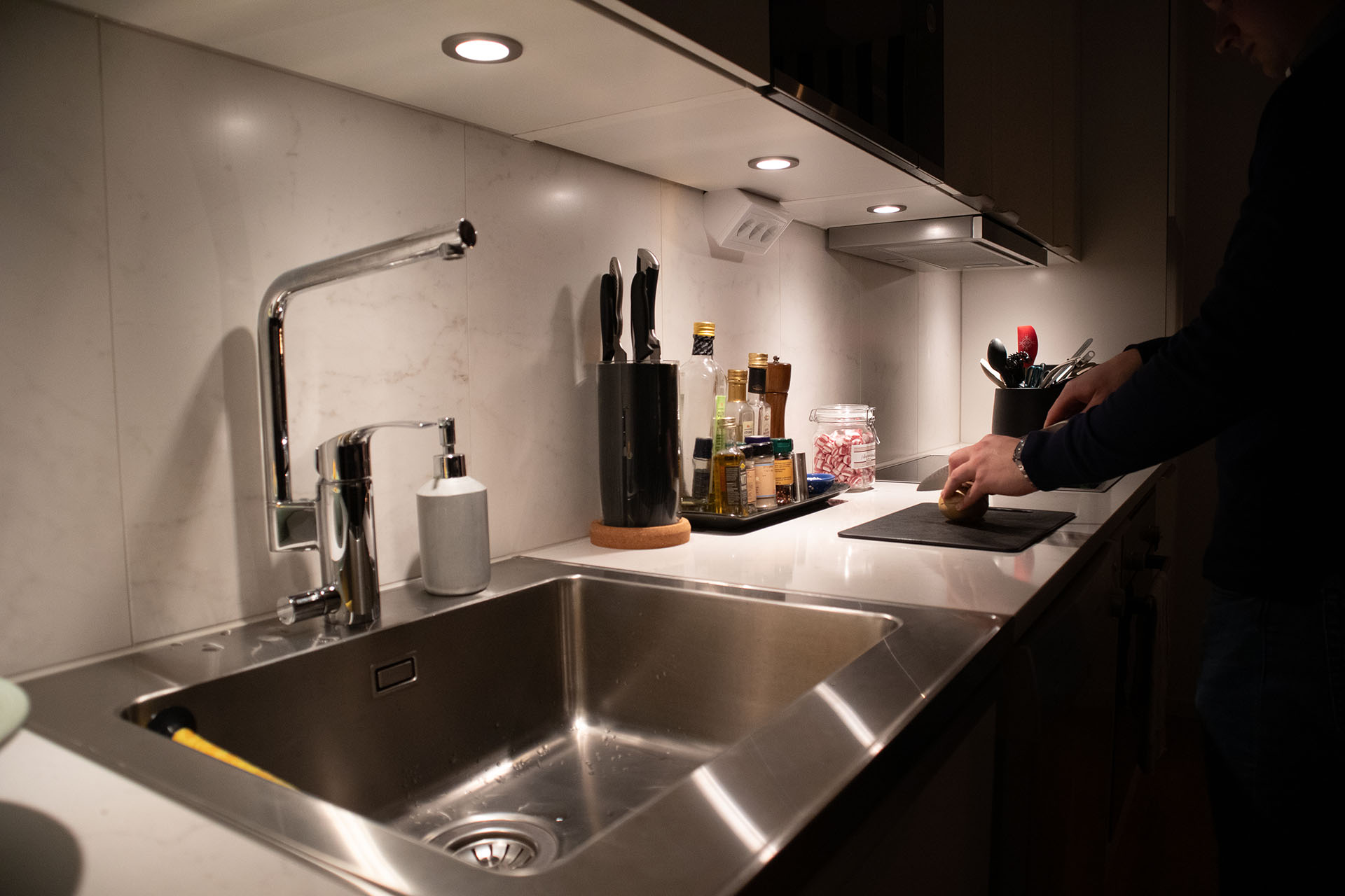 I det nyrenoverade köket är det rent och snyggt.