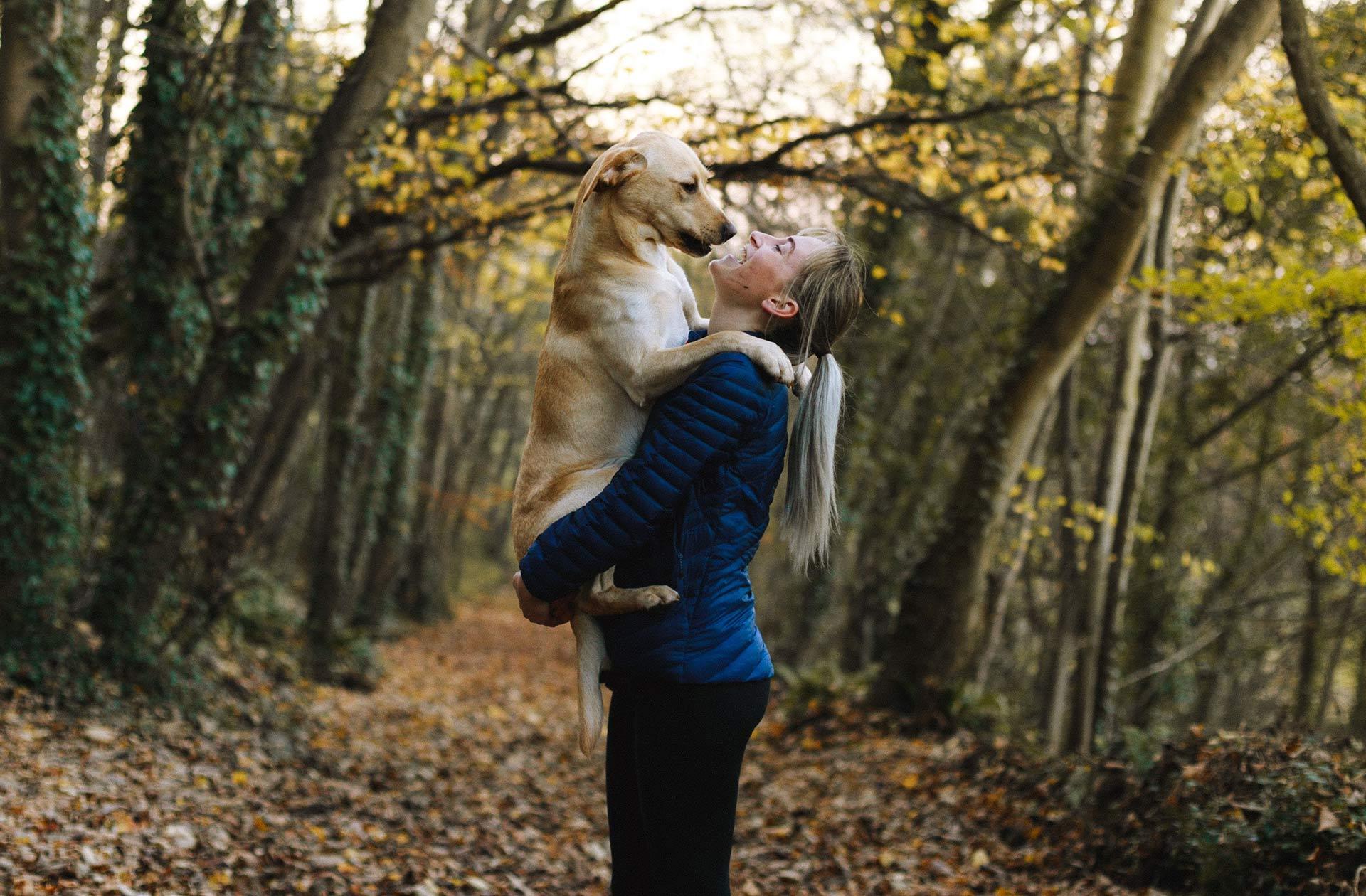 Passa på att leka med din hund när du är ute på promenad. Din hund kommer älska att du vill springa och busa med den.