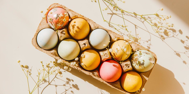 Äggkartong med färgglada ägg i
