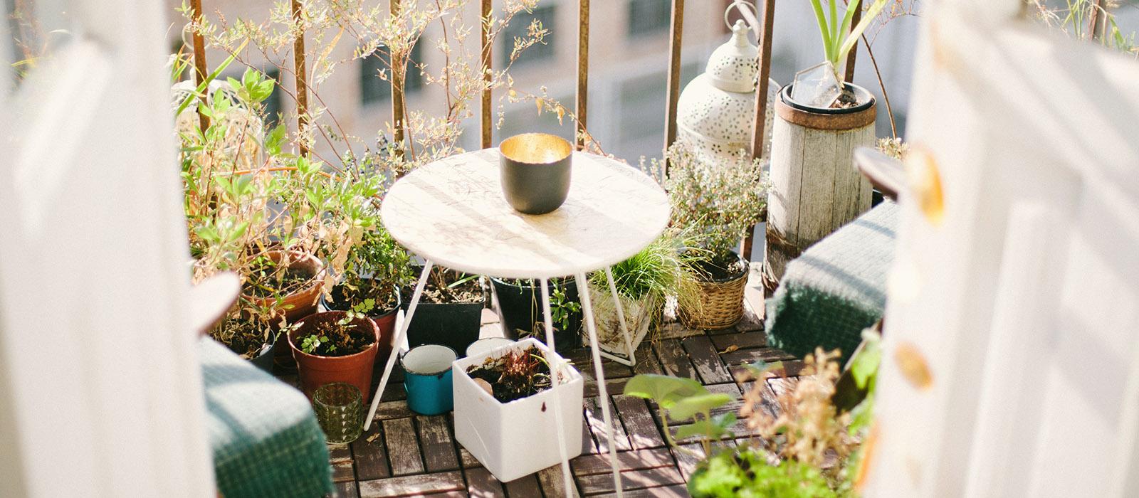 Ett runt bord med nätta ben är perfekt till den lilla balkongen.