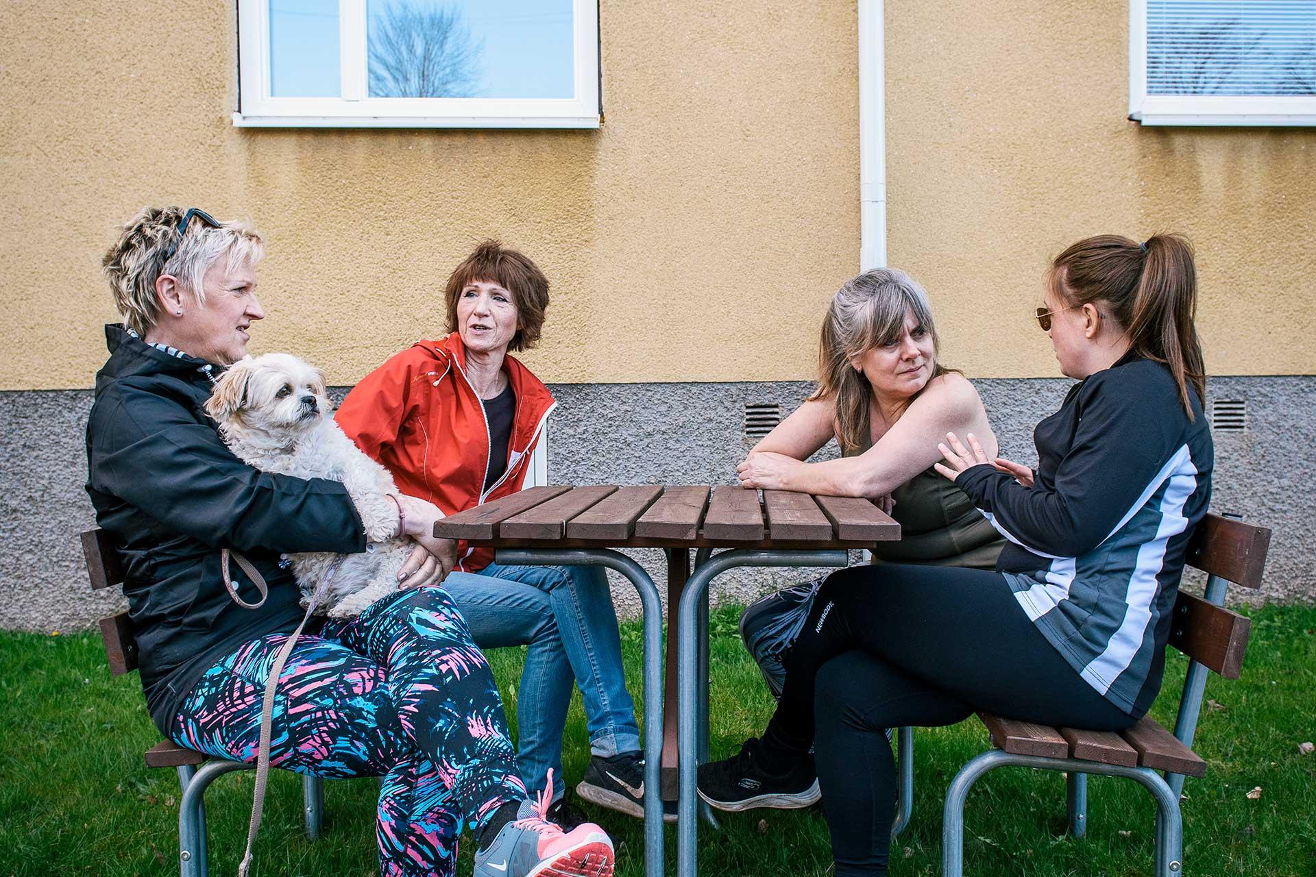 Carinas initiativ till promenader har resulterat i en god grannsämja och vetskapen om att sällskap finns bara en dörrknackning bort. Foto: Johan Pehrson