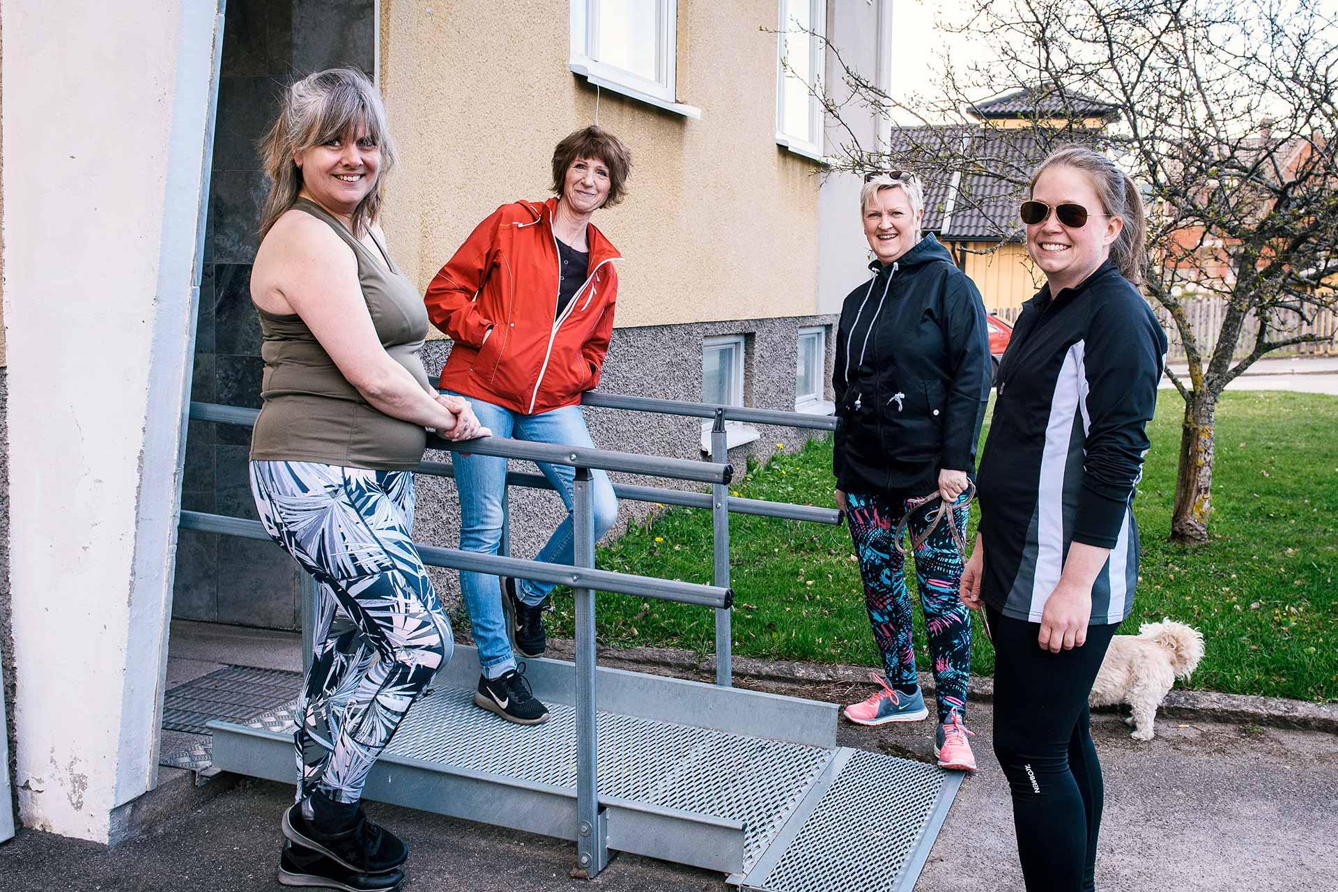 Grannarna Veronica Gustafsson, Maria Karlberg, Carina Wetterström och Ros-Marie Andersson tar gärna långa promenader ihop. Foto: Johan Pehrson