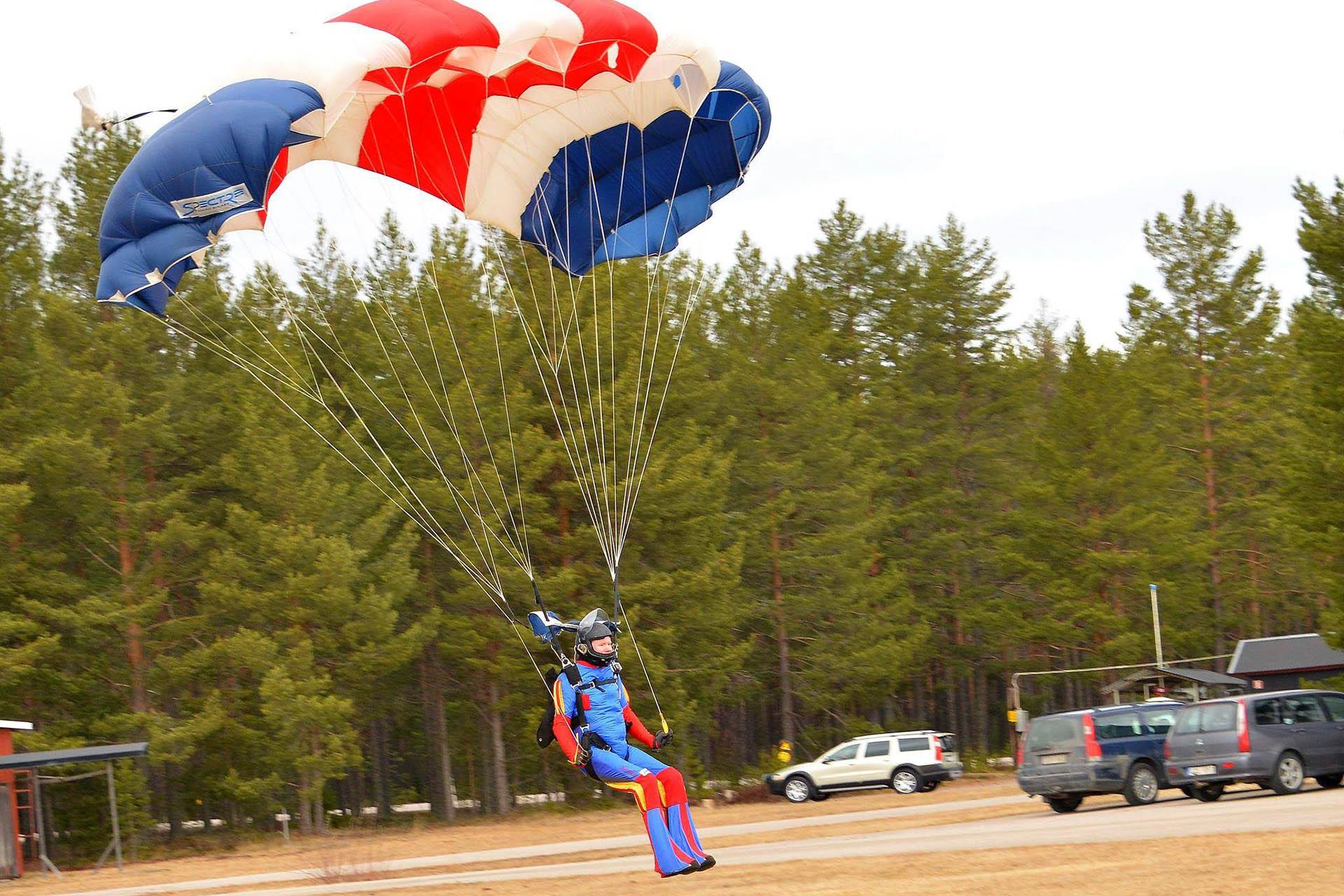 2008 hoppade Åke och hans bror ut från ett plan tillsammans. Det var Åkes allra första fallskärmshopp!