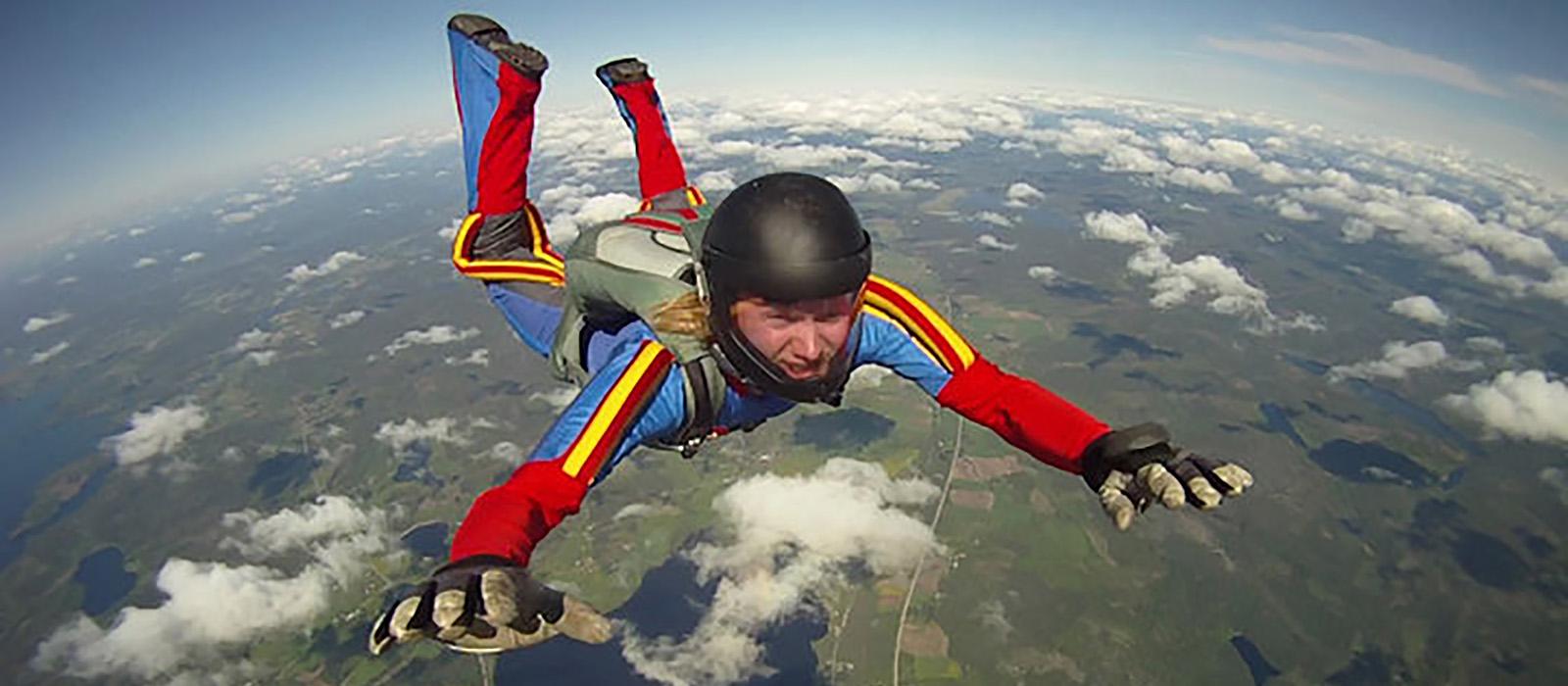 En man som hoppar fallskärm