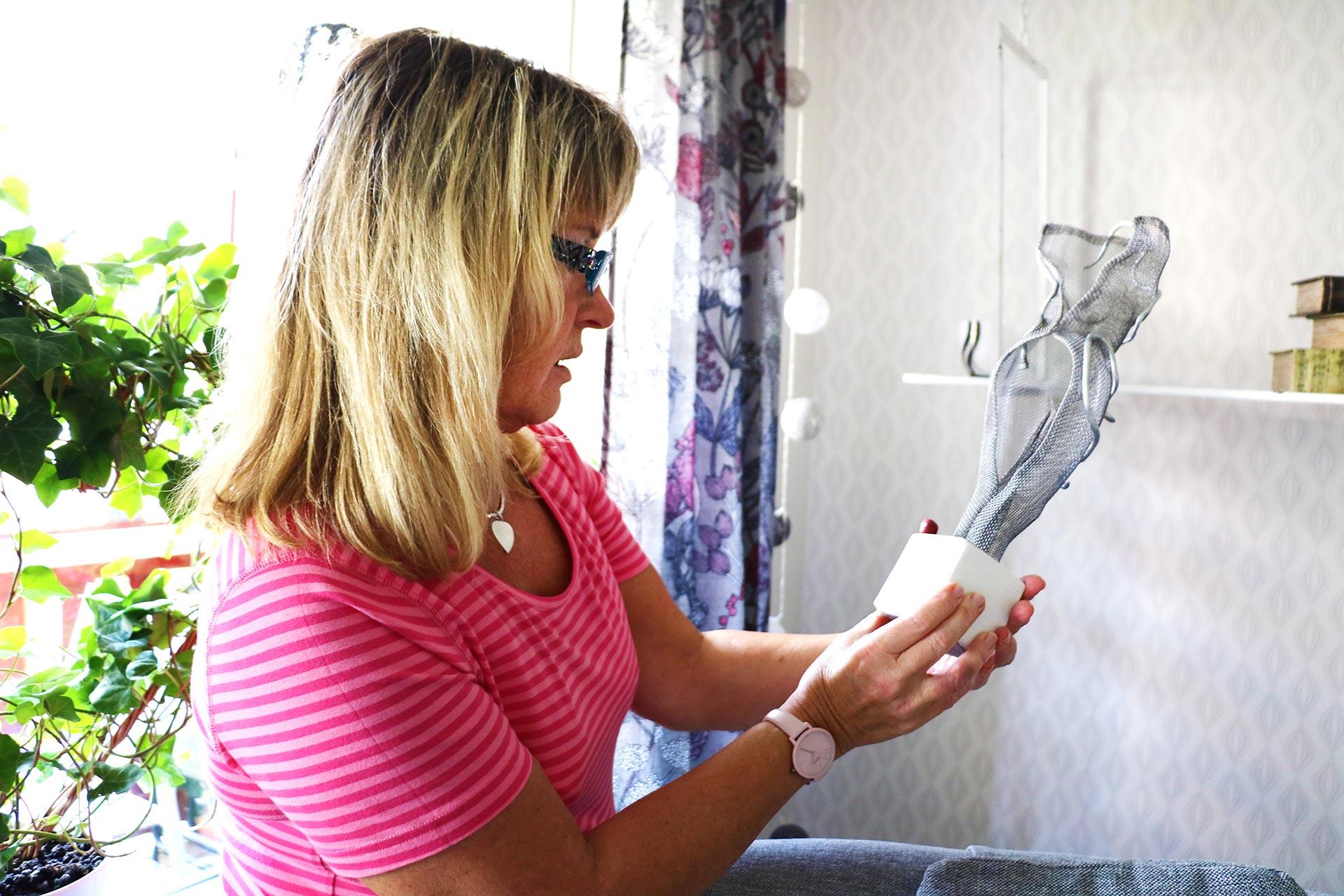 Hos Eva finns mycket konst i form av tavlor och skulpturer. Här finns också unika möbler som hon själv har skapat. Bland annat byrån som ni ser här nedan.