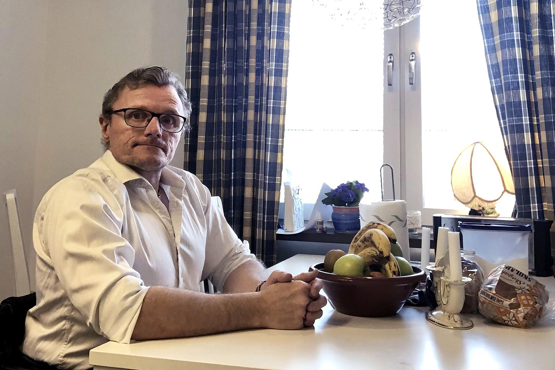 Lars-Göran Wadén trivs som hyresgäst hos Heimstaden. Lägenheten har inga höga trösklar och det finns hiss upp till femte våningen. Senaste året har han jobbat mycket hemifrån, annars reser han ofta i arbetet.
