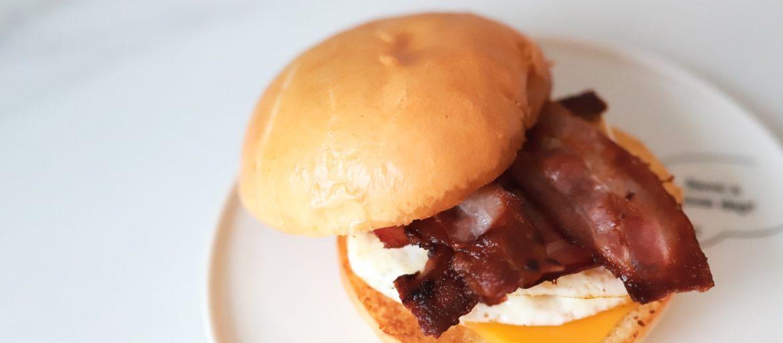 Egg og bacon brioche sandwich