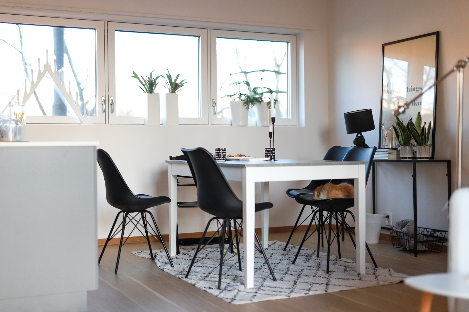 Leiligheten har åpen planløsning med kjøkken, spisestue og stue i ett. Gjennomgående lys gjør at leiligheten virker ekstra romslig og fresh.